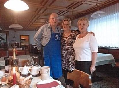 Ehepaar Caspar beim Sektfrühstück